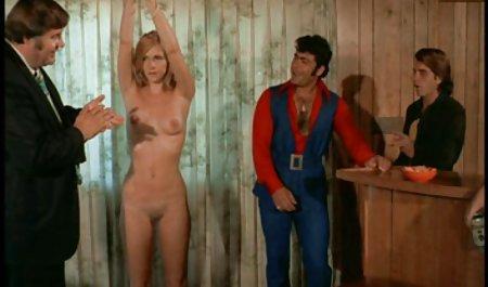 હૂડ એન્જેલીના undresses ઉપયોગ પોર્ન સાથે ખૂબ જ સુંદર છોકરીઓ કરે છે અને વાયબ્રેટર
